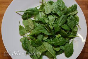 Салат с тунцом, айвой и авокадо: Кладем нижний слой зелени