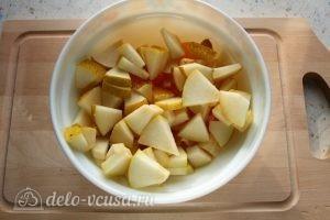 Фруктовый салат с грушей: Порезать грушу