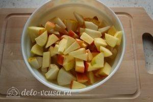 Фруктовый салат с грушей: Порезать яблоко