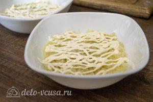 Салат со шпротами и кукурузой: Натереть картошку