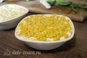 Салат со шпротами и кукурузой: Выкладываем слой кукурузы