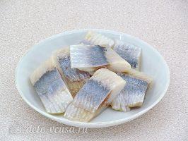 Сельдь по-литовски с жареным луком: Подготовить сельдь