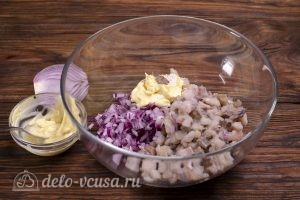 Селедка под шубой без картошки: Соединить сельдь и лук