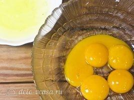 Сырник Королевский с изюмом: Отделить белки от желтков