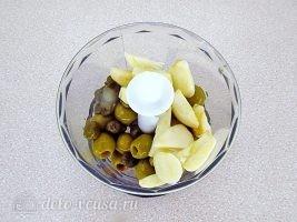 Тапенад из оливок: Сложить все в чашу блендера