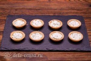 Тарталетки с красной рыбой и сыром: Кладем в тарталетки начинку