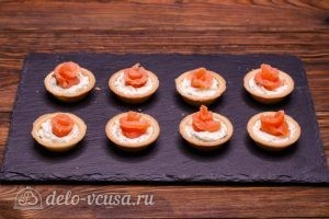 Тарталетки с красной рыбой и сыром: Сворачиваем розочку из семги