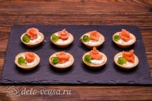 Тарталетки с красной рыбой и сыром: Рулетик из огурца