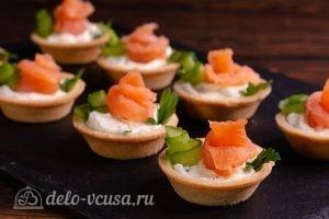 Тарталетки с красной рыбой и сыром готовы