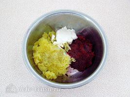 Шарики из свеклы с сельдью: Соединить свеклу и картошку