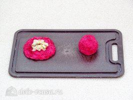 Шарики из свеклы с сельдью: Сформировать шарики