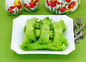Творожная закуска на листьях салата