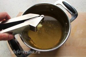 Заливное из курицы с желатином: Добавить чеснок