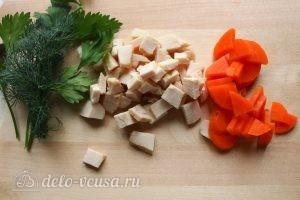 Заливное из курицы с желатином: Подготовить мясо и овощи
