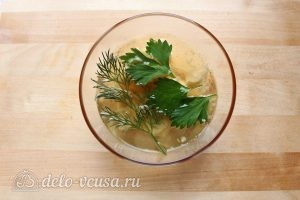 Заливное из курицы с желатином: Добавить часть бульона и зелень