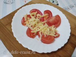 Салат Красное море с осьминогами и перцем: Сыр натереть и добавить к помидорам