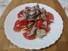 Салат Красное море с осьминогами и перцем готов