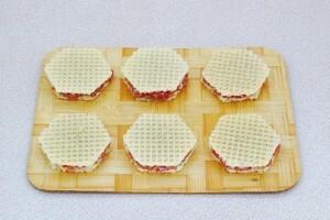 Котлета-бризоль в вафельных коржах: фото к шагу 6.