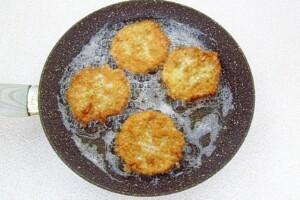 Котлета-бризоль в вафельных коржах: фото к шагу 8.