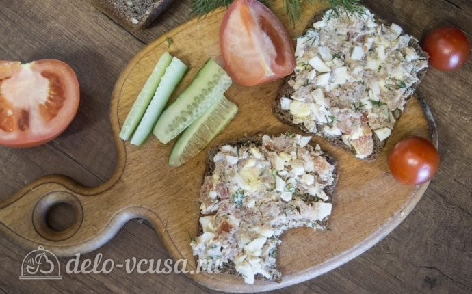 Бутерброды с тунцом, помидорами и яйцом