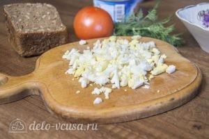 Бутерброды с тунцом, помидорами и яйцом: Яйца измельчить