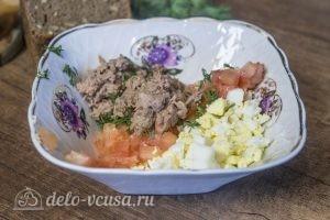 Бутерброды с тунцом, помидорами и яйцом: Соединить продукты