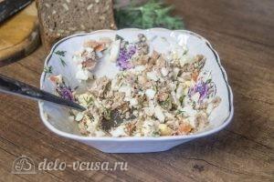 Бутерброды с тунцом, помидорами и яйцом: Перемешать массу