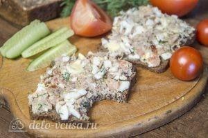 Бутерброды с тунцом, помидорами и яйцом готовы