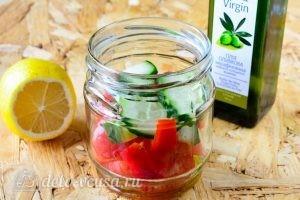 Греческий салат в банке: Добавить огурцы и помидоры