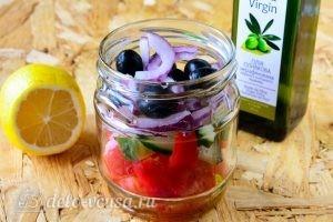 Греческий салат в банке: Добавить лук и маслины
