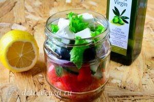 Греческий салат в банке: Добавить салат и сыр