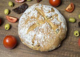 Хлеб с оливками и вялеными томатами