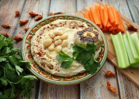 Хумус из фасоли с запеченным чесноком