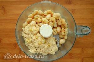 Хумус из фасоли с запеченным чесноком: Сложить ингредиенты в блендер