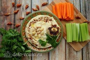 Хумус из фасоли с запеченным чесноком готов