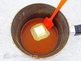 Домашние ириски на сметане: Добавить масло