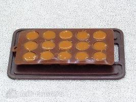 Домашние ириски на сметане: Разложить массу в формочки