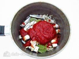 Килька в томатном соусе: Добавить томатный соус