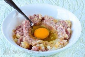 Котлеты из свинины с картофелем: Добавить яйцо
