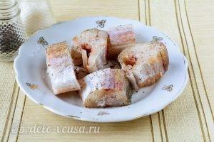 Минтай в томатном соусе: Добавить соль и перец