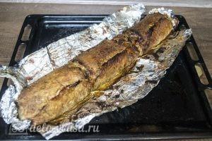 Мясной рулет с моцареллой, вялеными томатами и грибами: рулет смазать соусом и запечь