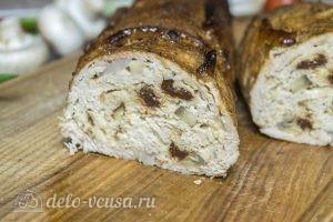 Мясной рулет с моцареллой, вялеными томатами и грибами готов