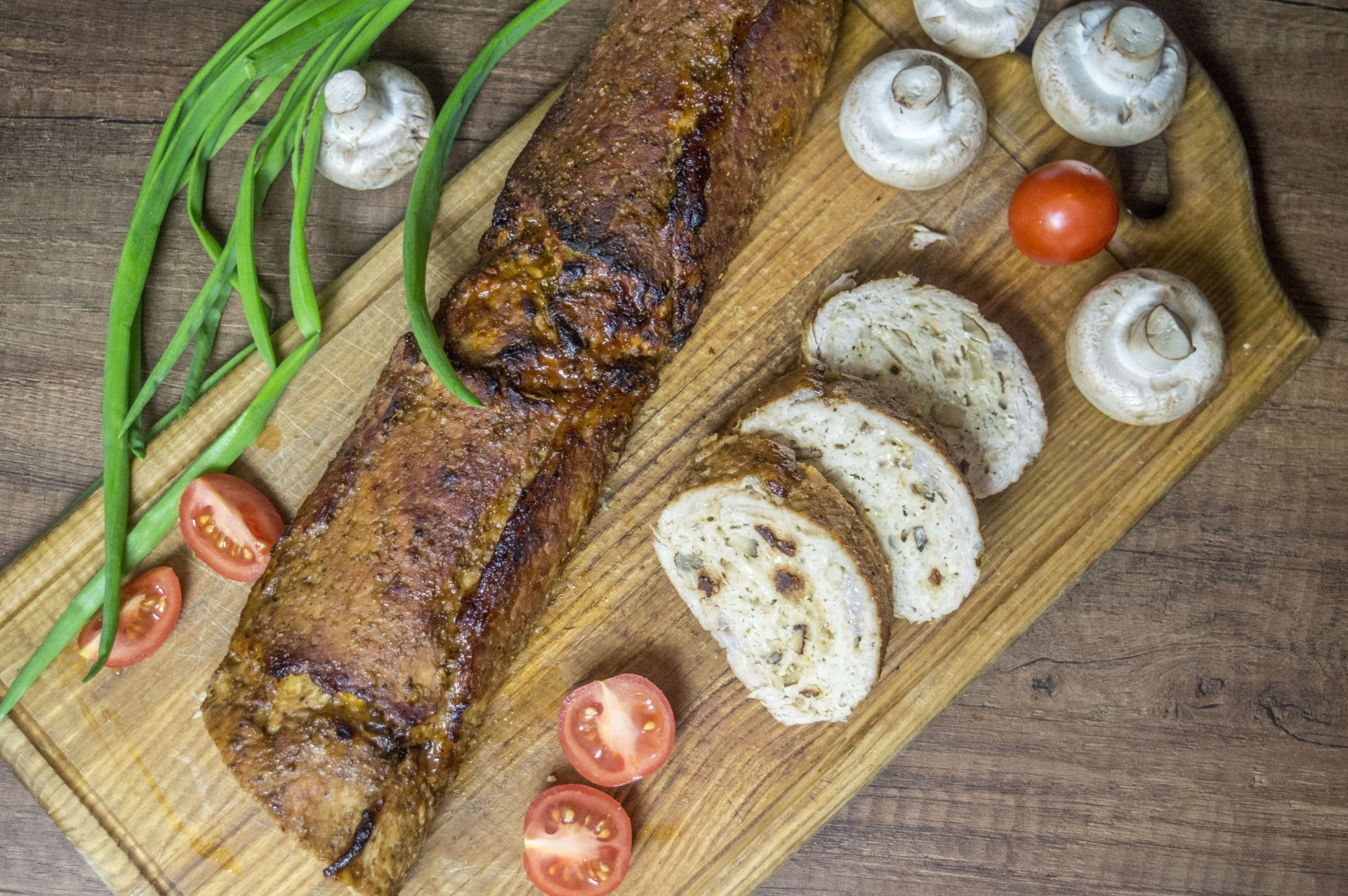 Мясной рулет с моцареллой, вялеными томатами и грибами