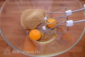 Морковный пирог с орехами: Соединить сахар с яйцами