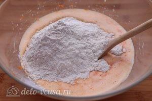 Морковный пирог с орехами: Добавить муку