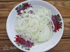 Немецкий картофельный салат с соленым огурцом: Лук замариновать