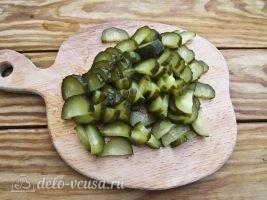 Немецкий картофельный салат с соленым огурцом: Порезать огурцы