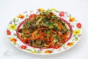 """Салат """"Королевский"""" с рыбой и грибами: фото к шагу 12."""