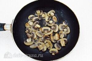 """Салат """"Королевский"""" с рыбой и грибами: фото к шагу 5."""