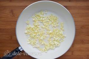 Суп с сырными клецками: Обжарить лук